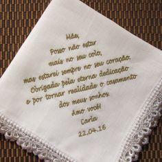 """(Consulte o número de caracteres de sua frase, antes de efetuar a compra)    Lenços LÁGRIMAS DE ALEGRIA em tecido, que podem ser entregues a padrinhos, madrinhas, pais, avós e amigos próximos, para conter as """"lágrimas de alegria"""", que durante a cerimônia podem se emocionar.    Lenço confeccionado..."""
