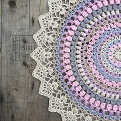 Free crochet pattern for sunrise mandala. Motif Mandala Crochet, Mandala Rug, Crochet Rug Patterns, Crochet Carpet, Crochet Home, Diy Crochet, Crochet Dollies, Crochet Potholders, Dreamcatcher Crochet