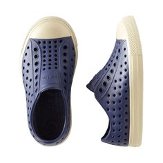 The Native Jefferson blends fashion & cozy comfort in this great pair of kids shoes. Shop kids tennis shoes & kids designer shoes from us at Tea Collection.