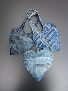 Bij het recyclen van spijkerbroeken gebruik je vooral de pijpen, maar ook de andere stukken kun je opmaken. Van de bovenkant van de broek...