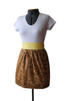 Avental com estampa animal print de girafa. Tecido 100% algodão, cós embutido e faixa na cor amarela.