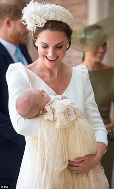 The Duchess of Cambridge, 36 cradled a sleeping Prince Louis in her arms as she arrived for his christening at Chapel Royal at St James's Palace, London, on Monday. Prince William Et Kate, William Kate, Queen Kate, Queen Elizabeth, Alexander Mcqueen, The Duchess, Herzogin Von Cambridge, Royal Babies, Baby Royal