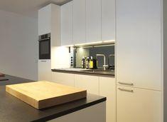 Diese weiße Küche hat Edelstahlgriffe und eine spiegelde Nischenrückwand. Die große Kücheninsel bietet viel Platz zum Kochen! Mehr zu diesem Projekt: Shades Of Grey, Küchen Design, Kitchen Cabinets, Home Decor, Kitchen Contemporary, Cooking, Decoration Home, Room Decor, Shades Of Gray Color
