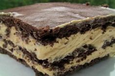 Eclair Dessert - graham crackers, cool whip, peanut butter, vanilla pudding, and chocolate frosting. I say YES to this dessert! Quick and easy so it's ready to serve to your guests very fast! Peanut Butter Chocolate Eclairs, Chocolate Eclair Cake, Chocolate Graham Crackers, Chocolate Frosting, Chocolate Desserts, Chocolate Pudding, Delicious Chocolate, Homemade Chocolate, Chocolate Chips