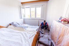 Abdeckflies wird vom Fußboden - ohne Rückstände - eingerrollt und entfernt.   #Ablauf #Fenstermontage #Altbau Montage, Bed, Furniture, Home Decor, Sequence Of Events, Windows And Doors, Decoration Home, Stream Bed, Room Decor