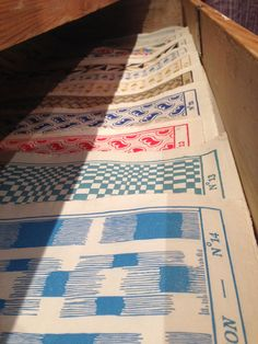 à Paris chez Antoinette Poisson: Le papier dominoté décore les murs de GALERIE SALON Texture Illustration, Amanita Design, Pattern Art, Pattern Design, Native American Rugs, Fabric Rug, Textures Patterns, Art Patterns, Textured Wallpaper