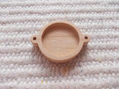 Puinen täytettävä korulinkki kehys Puinen korulinkkipohja. Sopii 18 mm kapussien kanssa Askartelu, tee itse koruja, korun tekeminen Wooden Pendant Base Connector Findings with 18 mm Round Pad Cameo Setting wooden Round Cabochon Setting Connectors https://www.etsy.com/listing/229612468/new-1p-unfinished-wooden-18-mm-round?ref=shop_home_active_6
