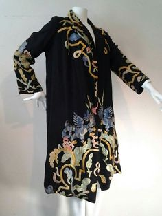 Harrod's of London Chinese Style Dragon Embroidered Duster 4 30s Fashion, Art Deco Fashion, Fashion History, Vintage Fashion, Fashion Design, Fashion 2017, 1920 Style, Vintage Outfits, Vintage Dresses