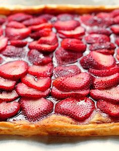 This super simple strawberry tart recipe is the perfect dessert to make during strawberry season. Tart Recipes, Sweet Recipes, Cooking Recipes, Just Desserts, Delicious Desserts, Yummy Food, Yummy Treats, Sweet Treats, Dessert Crepes
