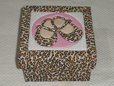 Caixa MDF tamanho 10x10x5 revestida com tecido, pintura por dentro e tampa trabalhada em patchwork embutido.    *Obs: A composição do desenho pode variar conforme a disponibilidade dos tecidos. R$ 22,90