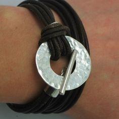 bracelet en argent martelé et cuir                                                                                                                                                      Plus