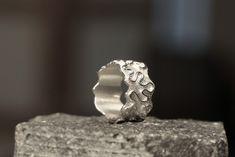 Hand gemaakte Ring Zilver 925 met opgesoldeerde kronkeldraad achtergrond ruw gefreest Ringmaat:17,75 mm. Breedte: 12,3 mm.