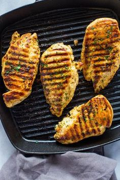 How to Grill Chicken on Stove-Top (Easy Grill Pan Method) Learn how to make the best tender, juicy and delicious chicken breasts right on your stove-top in a grill pan or cast iron pan. I don't know where I'd be without grilled chicken. I gri… Grilled Chicken On Stove, Stove Top Chicken, Grilled Chicken Tenders, Grilled Chicken Recipes, Yum Yum Chicken, How To Cook Chicken, Seasoning For Chicken, Grilled Chicken Strips, Recipe Chicken