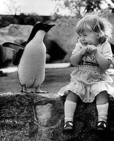 Pingüino y bebé humana