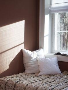 Un relajante rincón de lectura en tonalidades tierra donde encontrar la felicidad y la paz interior. Color Jotun 2771