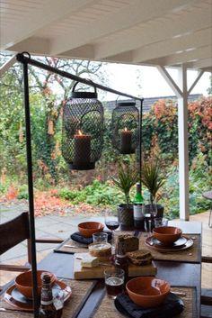 DECORATIEFRAME: Ons zwarte decoratieframe met tafelklem mag niet ontbreken op je tafel binnen én buiten. Je kunt het frame het hele jaar gebruiken en steeds het thema aanpassen. Deco Table, House Rooms, Kind, Places, Gardens, Lifestyle, Design, Table, Outdoor Gardens