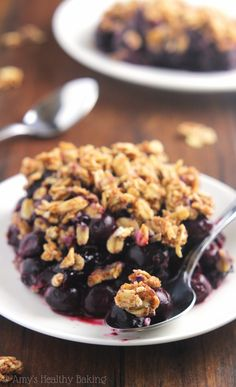 Clean-Eating Blueberry Almond Crumble by amyshealthybaking: This easy dessert is healthy enough for breakfast. It has a full serving of fruit & barely 120 calories. Clean Eating Desserts, Köstliche Desserts, Gluten Free Desserts, Healthy Desserts, Delicious Desserts, Dessert Recipes, Yummy Food, Eating Healthy, Healthy Blueberry Recipes