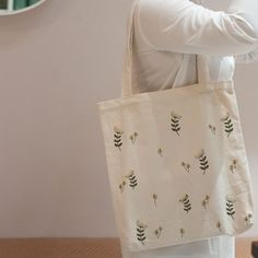 Embroidery On Clothes, Embroidery Bags, Hand Embroidery Stitches, Diy Tote Bag, Linen Bag, Fabric Bags, Cotton Bag, Cloth Bags, Handmade Bags