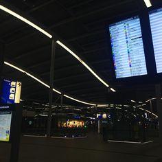 Utrecht Central Station by night - #treinleven #uitgestorven #utrechtcs #albertheijnwelnogopen #station #nighttime #neon