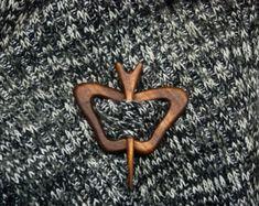 Buho madera chal perno perno de la bufanda por WoodenGiftsAndIdeas