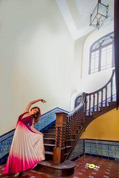 Bailamos? Dance with me? #dress #house #pink #violet #model #dancer #picture #photo #vintage #lader #home #vestido #casa #rosa #violeta #modelo #bailarina #foto #escalera #sesion