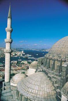 İstanbul'un yedi tepesindeki eserler ÜÇÜNCÜ TEPE   Bu tepede yer alan anıt eserlerin başında, tepeyi işaretleyen ve Mimar Sinan eseri olan 1557 tarihli Süleymaniye Camii gelir. Tepede, Beyazıt Camii, İstanbul Üniversitesi, Laleli Camii, Çukurçeşme Hamamı, Süleymaniye Külliyesi, Mimar Sinan Türbesi ve Zeyrek Camii bulunuyor.
