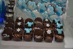 Doces Festa Frozen – Pirulitos de Chocolate e Caixinha de Chocolate com Mousse -  http://www.docemeldoces.com/festa-frozen-ideias-de-bolos-e-doces/