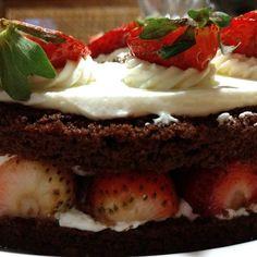 Delicinha torta de chocolate com morangos / chocolate and strawberry cake delish! #kurt #bakery #foodie #happybirthday to me! #instafood #gratitude #parabens #felizaniversario
