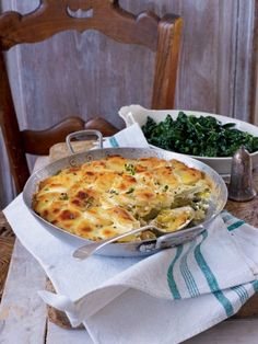 Gratin of potatoes and leeks with garlic and thyme - delicious. Leek And Potato Recipes, Leek Recipes, Thyme Recipes, Vegetable Recipes, Vegetarian Christmas Dinner, Vegetarian Christmas Recipes, Vegetarian Recipes, Cooking Recipes, Veggie Christmas