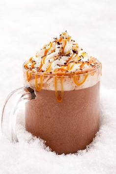 For all you hot chocolate lovers out there! Salted Caramel Hot Cocoa - possibly the best hot chocolate EVER! Salted Caramel Hot Chocolate, Chocolate Caliente, Hot Chocolate Recipes, Chocolate Food, Just Desserts, Dessert Recipes, Yummy Drinks, Yummy Food, Chocolates
