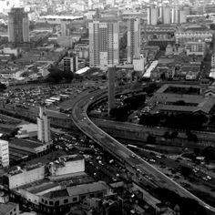 Foto tirada do topo do Banespão, no centro de São Paulo, em preto e branco.