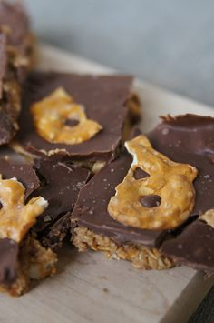 Peanut Butter Pretzel Bars ~ no bake and YUMMY!  Butter with a Side of Bread #recipe