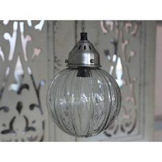 Lampa kula o ciekawym wzorze wygląda jakby była podzielona na kilka części.  Więcej na: www.lawendowykredens.pl