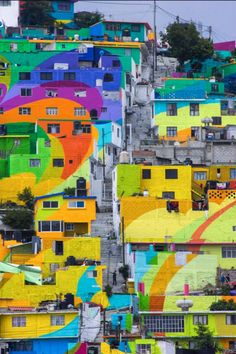 In the city of Pachuca, 209 houses were transformed into the biggest mural in Mexico. The colorful masterpiece covers an entire district and took 20.000 litres of paint to create.