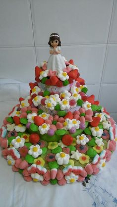 Tarta de comunion de chucherias Candy Cakes, Candy Bouquet, Mermaid Birthday, Candy Shop, Princess Party, Food Art, Birthday Cake, Hampers, Marshmallows