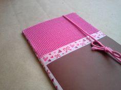Visita el blog: scrapcrafting.com Un mini cuaderno con encuadernación sencilla (paso a paso) y hojas recicladas.
