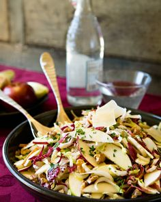 Endive, Radicchio and Apple Salad - It's nice sometimes to have a salad that is different from the traditional mixed green salad. Combined with the sweet apple and salty cheese, this makes a tasty salad starter that is elegant enough for any dinner party. Chicken Salad Recipes, Healthy Salad Recipes, Recipes With Cool Whip, Bitter Greens, Apple Salad, Taco, The Fresh, Asparagus Salad, Spinach Salad