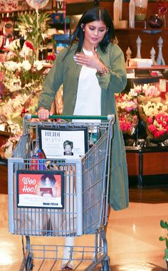 Kylie Jenner shows off a lot of leg during a grocery shopping trip at Ralph's on Wednesday afternoon (January in Calabasas, Calif Kylie Jenner Grunge, Kendall And Kylie Jenner, Kylie Kardashian, Kardashian Style, Kylie Jenna, K Jenner, Jenner Girls, Jenner Family, Jenner Sisters
