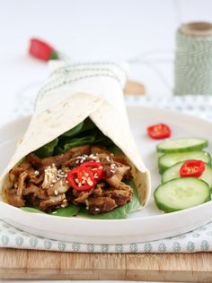 Indonesische pulled chicken wrap - Mind Your Feed Pulled Chicken, Chicken Wraps, Pita Pockets, Tacos And Burritos, Good Healthy Recipes, Healthy Food, Fajitas, Slow Cooker, Dinner Recipes
