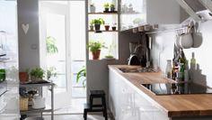 Cuisine Ikea blanche FAKTUM (façade Abstrakt blanc) avec plan de travail en hêtre massif Numerär