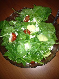 Varianta pentru masa de seara: salata de spanac( baby spinach) cu avocado, urda si rosii