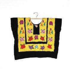 Huipil Tehuantepec, Oaxaca, vintage (H44) satín negro bordado de crochet a mano, flores pequeñas.