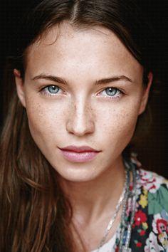 jolie fille avec taches de rousseurs sur son visage pâle mais joli