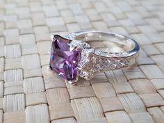 Vi har mye nytt i butikken vår. Titt innom hvis du vil ha noe nytt som smykker, skjerf, pendler eller noe annet som et håndstrikket skjerf eller en lue. Vi leverer superraskt. Engagement Rings, Jewelry, Fashion, Enagement Rings, Moda, Wedding Rings, Jewlery, Bijoux, La Mode
