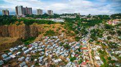 Les cabanes de Durban En Afrique du Sud, les riches se situent en haut de l'échelle, non seulement financièrement mais aussi géographiquement », écrit Johnny Miller. Ici, les cabanes de Morningside, quartier huppé de la banlieue de Durban, côtoient les grandes propriétés du haut de la colline. L'une d'entre elles appartient au Président Jacob Zuma. À côté, des milliers de personnes sont exposées aux pluies torrentielles ou à la menace permanente d'un incendie.