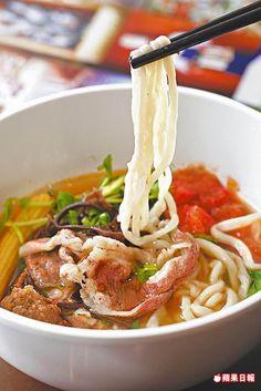 招牌番茄牛肉麵130元  牛培根肉片油潤不柴,湯頭清爽吃得到番茄香味,肉片也可換成牛腩。