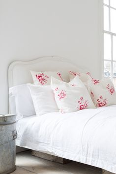 Most Design Ideas Beautiful Romantic Bedrooms Pictures, And Inspiration – Modern House White Cottage, Shabby Chic Cottage, Cottage Style, Living Room Decor, Bedroom Decor, Bedroom Ideas, Beautiful Bedrooms, Romantic Bedrooms, Inspired Homes