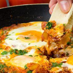 Atât de delicios și se prepară doar în 15 minute! Shakshuka, ouă în sos de roșii! - savuros.info Clean Eating, Curry, Cooking, Ethnic Recipes, Food, Diet, Kitchen, Eat Healthy, Curries