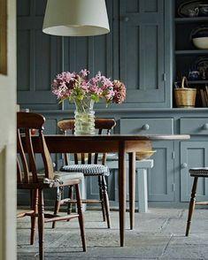 Lovely flagstone floor in this beautiful kitchen! Blue Kitchen Inspiration, Design Inspiration, Flagstone Flooring, Dining Chairs, Dining Table, Grey Stone, Elle Decor, Beautiful Kitchens, Interior Design