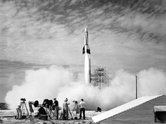 A primeira fotografia de lançamento de foguete no Cabo Canaveral Um fotógrafo da NASA tirou a primeira fotografia de um lançamento do Cabo Canaveral em julho de 1950. O foguete sendo lançado era conhecido como Bumper 2. A foto também mostra claramente outros fotógrafos alinhados e prontos para começar suas imagens do evento.